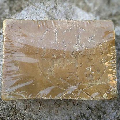Sceau du maître savonnier sur un savon d'Alep naturel traditionnel avec 35% d'huile de baie de laurier