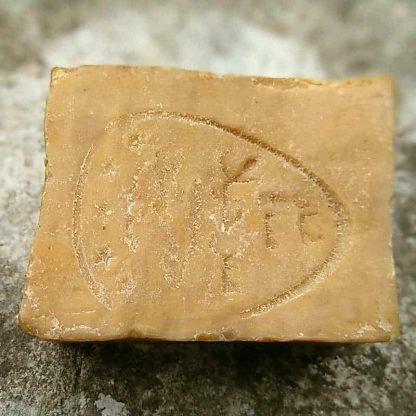 Sceau du maître savonnier sur un savon d'Alep traditionnel avec 55% d'huile de baie de laurier.