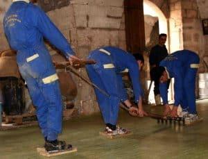 La fabrication du savon d'Alep traditionnel - Découpe traditionnelle de savons d'Alep - Savon-Alep.Shop