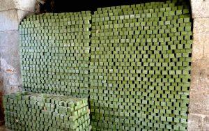 La fabrication du savon d'Alep traditionnel - Séchage en tours de savons d'Alep - Savon-Alep.Shop