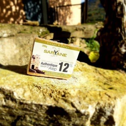 Savon d'Alep naturel à 12% d'huile de baie de laurier. Fabriqué à Alep dans le respect des modes de production millénaires des savonniers d'Alep. Vous pouvez acheter ce savon sur Savon-Alep.Shop. Photo CC BY SA Savon-Alep.Shop