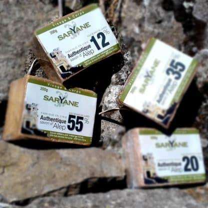Lot Découverte - 4 Savons d'Alep traditionnels naturels de 12% à 55% d'huile de baie de laurier : Réduction de 5% ! Ce lot comprend : - Un savon d'Alep à 55% d'huile de baie de laurier - Un savon d'Alep à 35% d'huile de baie de laurier - Un savon d'Alep à 20% d'huile de baie de laurier - Un savon d'Alep à 12% d'huile de baie de laurier Ce lot Découverte - 4 Savons d'Alep traditionnels vous permettra de découvrir l'ensemble de notre gamme de savons d'Alep traditionnels. A chacun.e selon ses usages!
