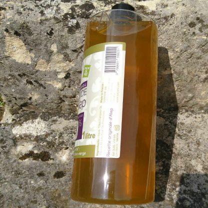 Savon d' Alep liquide (40% d'huile de baie de laurier & 60% d'huile d'olive). Sans colorant, sans parfum. Pour tous types de peau. Bouteille de 1L - 19,90€.