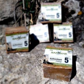 Lot de 5 savons d'Alep classiques avec 5% d'huile de baie de laurier. Réduction de 5 % sur le prix à l'unité. En vente sur Savon-Alep.Shop. Photo CC BY SA Savon-Alep.Shop
