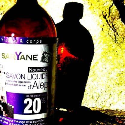 Savon d'Alep liquide à 20% d'huile de baie de laurier & 80% d'huile d'olive. Sans colorant, sans parfum. Pour tous types de peau. Bouteille de 1L - 18,90€.